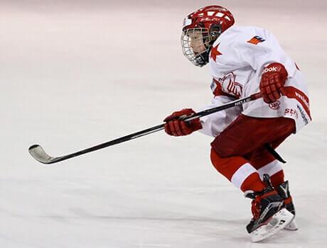 Korrekt sitzende Junior Eishockey Schutzausrüstung